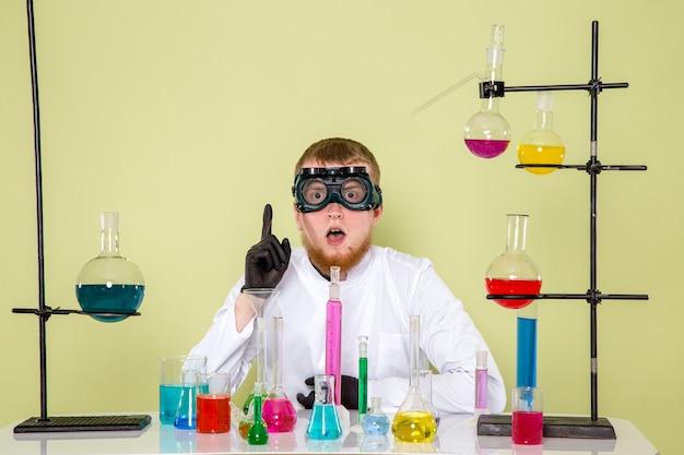 Młody chemik z przodu znajduje nowy styl eksperymentu w laboratorium