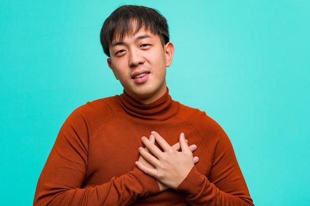 Młody chiński człowiek robi romantyczny gest