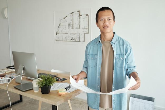Młody chiński kreatywny projektant z planem