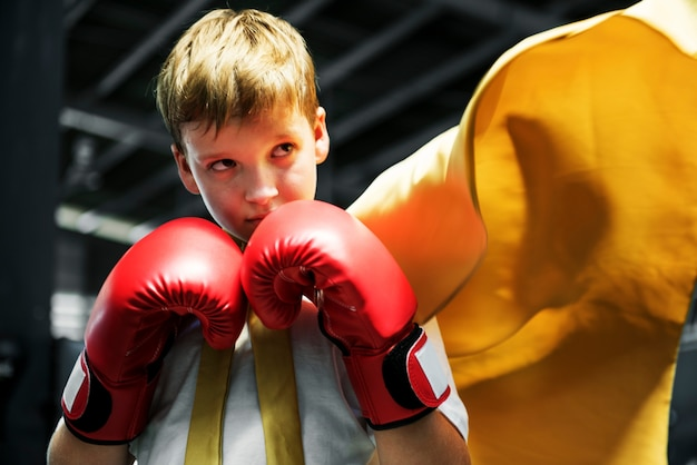 Młody chłopak aspirujący do zostania bokserem