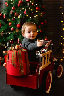 Młody chłopak bawi się zabawkami świątecznymi