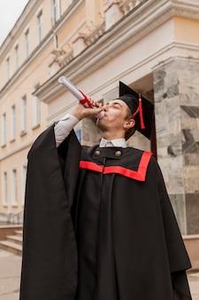Młody chłopak chętnie kończy studia