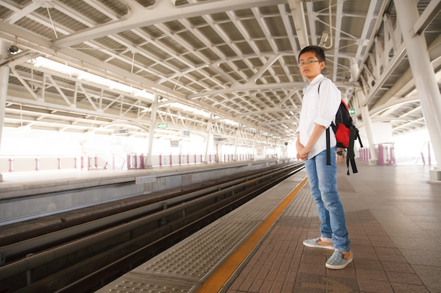 Młody Chłopak Czeka Na Pociąg Nieba W Bangkoku, Tajlandia Premium Zdjęcia