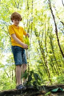 Młody chłopak dbający o środowisko