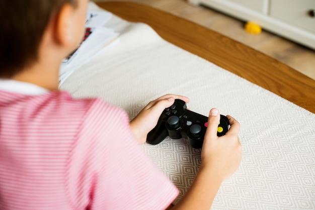 Młody chłopak gra