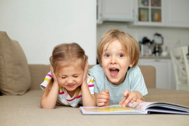 Młody chłopak i dziewczyna czytanie