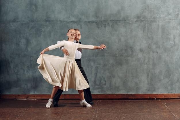Młody chłopak i dziewczyna tancerzy tańczy w tańcu towarzyskim walc wiedeński.