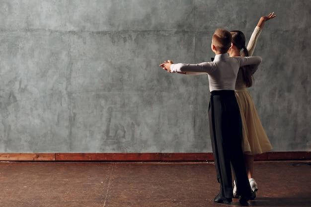 Młody chłopak i dziewczyna tańczy w tańcu towarzyskim walc wiedeński.