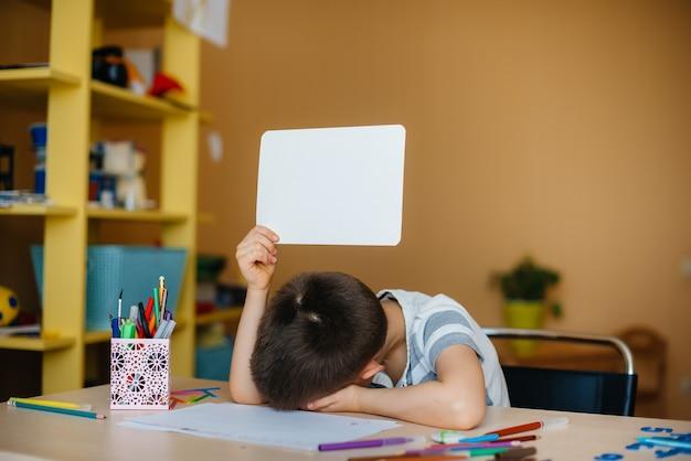 Młody chłopak odrabiania lekcji
