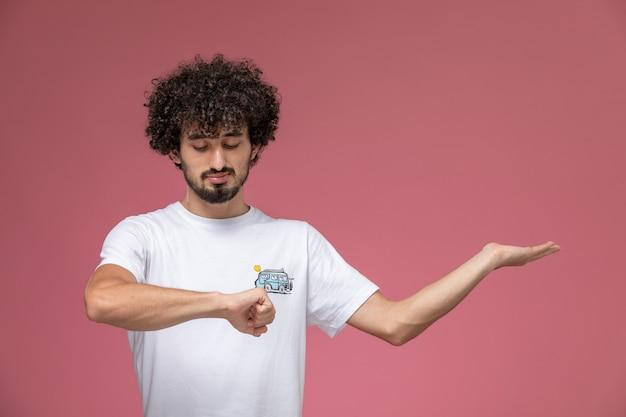 Młody chłopak patrząc na jego nadgarstek