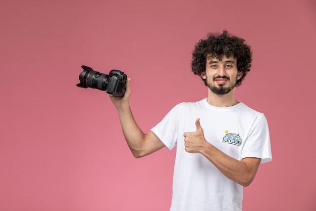 Młody chłopak podziwiał swój aparat fotograficzny