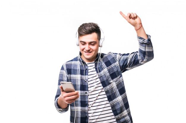 Młody chłopak słuchania muzyki z jego nowych słuchawek