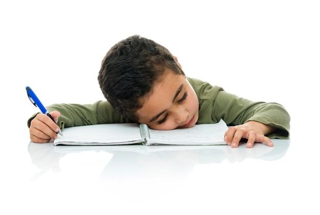 Młody chłopak studiując masz dość prac domowych