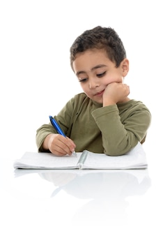 Młody chłopak studiuje ciężko na swojej pracy domowej