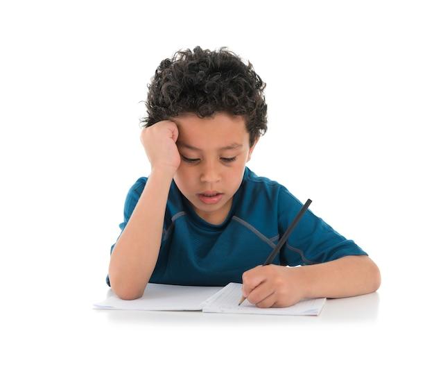 Młody chłopak studiuje ciężko