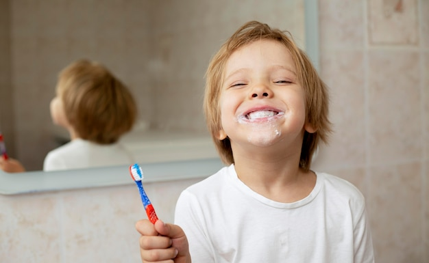 Młody chłopak szczotkuje zęby
