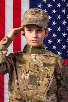 Młody chłopak ubrany jak żołnierz