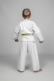 Młody chłopak ubrany w kostium sztuk walki