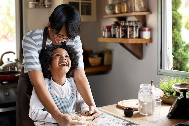 Młody chłopak uczący się pieczenia razem z mamą