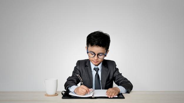 Młody chłopak w garniturze jako jego wymarzona praca