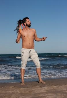 Młody chłopak w kontakcie z naturą nad morzem