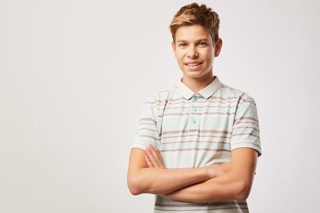 Młody chłopak w koszulce