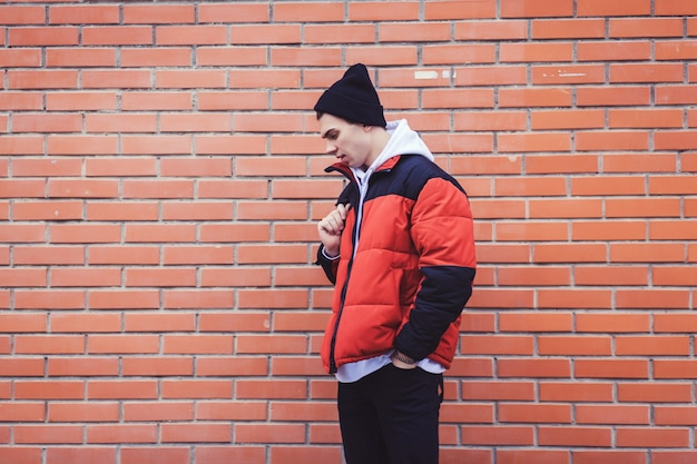 Młody chłopak w kurtce i czapce