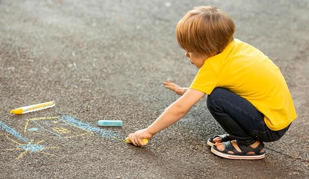 Młody chłopak w rysunku parku