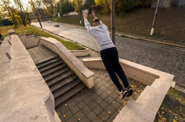 Młody chłopak wykonuje skok w przestrzeni między młodością