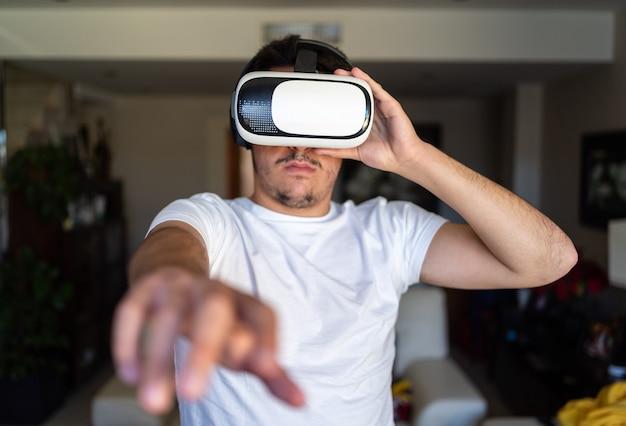 Młody chłopak wyszedł, używając okularów wirtualnej rzeczywistości