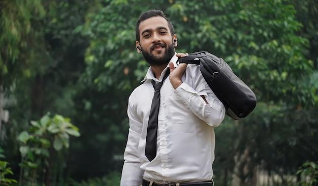 Młody chłopak z azji jedzie na staż do nowej pracy