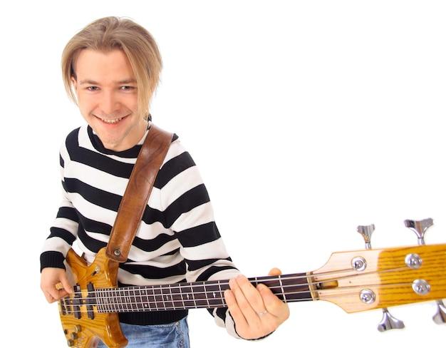Młody chłopak z gitarą elektryczną samodzielnie na białym tle