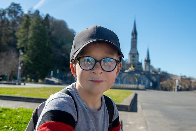 Młody chłopak z sanktuarium katedralnego w lourdes