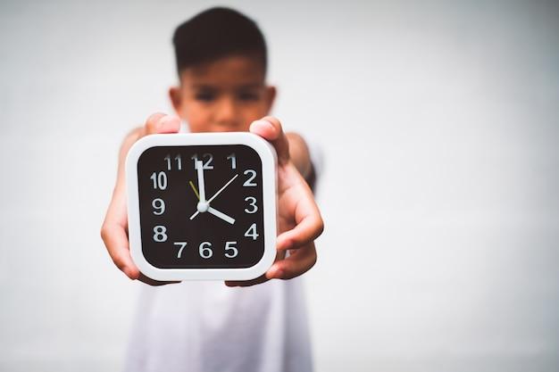 Młody chłopiec azjatycki oszczędza czas na swoje życie