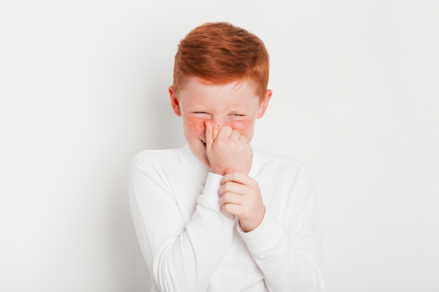 Młody chłopiec imbirowy się wygłupia