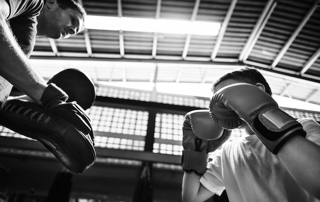 Młody chłopiec z jego trenera boksu
