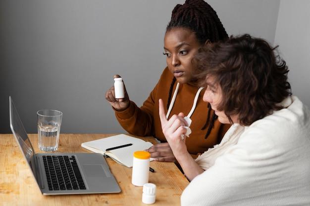 Młody chory mężczyzna i przyjaciel po rozmowie wideo z lekarzem