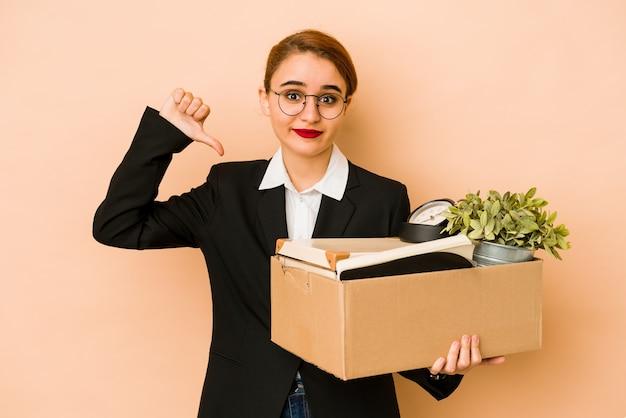 Młody chudy arabski biznes kobieta ruchoma praca na białym tle pokazuje niechęć gest, kciuki w dół. pojęcie sporu.