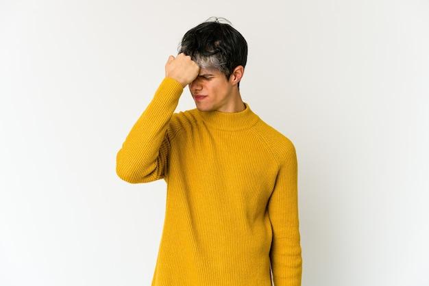 Młody chudy mężczyzna hiszpanin cierpiący na ból głowy, dotykający przedniej części twarzy