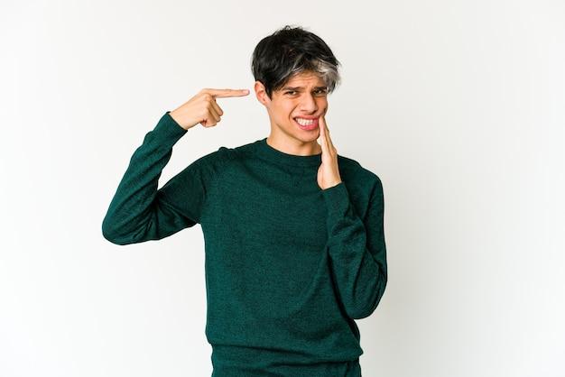Młody chudy mężczyzna pochodzenia hiszpańskiego z silnym bólem zębów, bólem trzonowym.