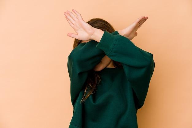 Młody chudy nastolatek kaukaski dziewczyna trzymając skrzyżowane ręce, koncepcja odmowy.