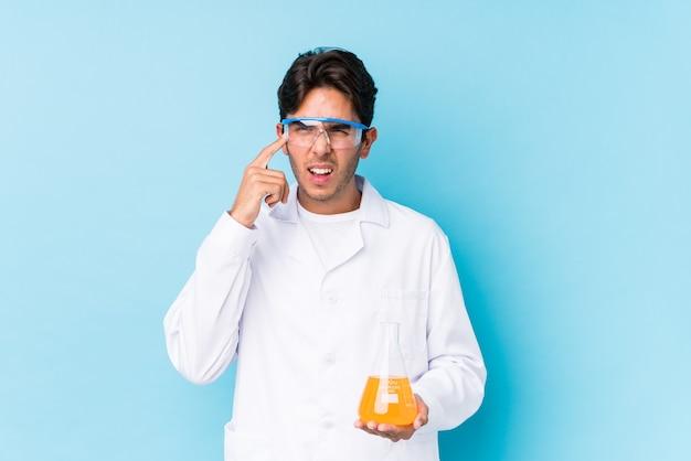 Młody cientific kaukaski mężczyzna na białym tle pokazując gest rozczarowania palcem wskazującym.