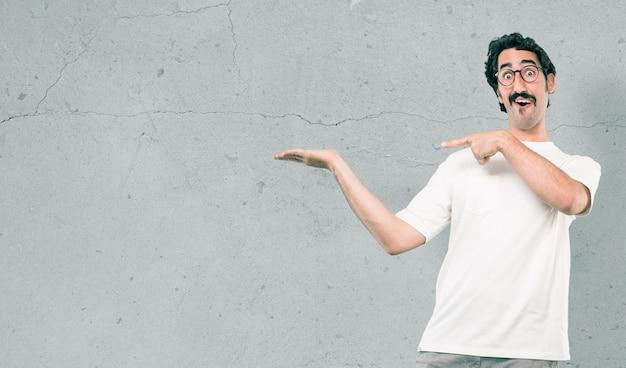 Młody cool mężczyzna przeciw cement ścianie