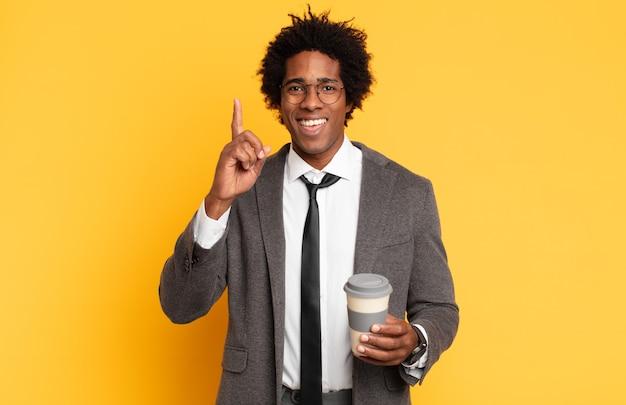 Młody Czarny Afro Czuje Się Jak Szczęśliwy I Podekscytowany Geniusz Po Zrealizowaniu Pomysłu, Radośnie Unoszący Palec, Eureka! Premium Zdjęcia