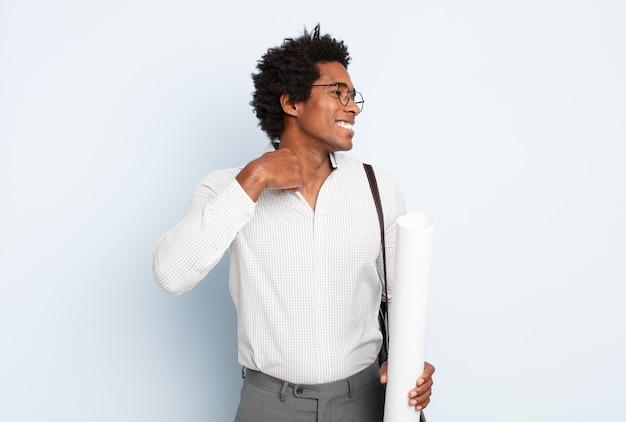Młody czarny afro czuje się zestresowany, niespokojny, zmęczony i sfrustrowany, ciągnie za szyję koszuli, wygląda na sfrustrowanego problemem