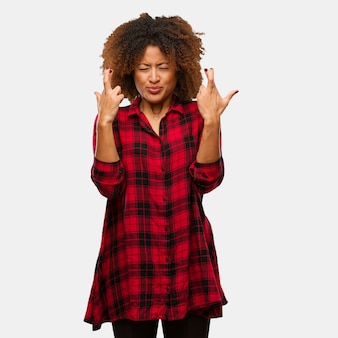 Młody czarny afro kobieta skrzyżowanie palców dla posiadania szczęścia