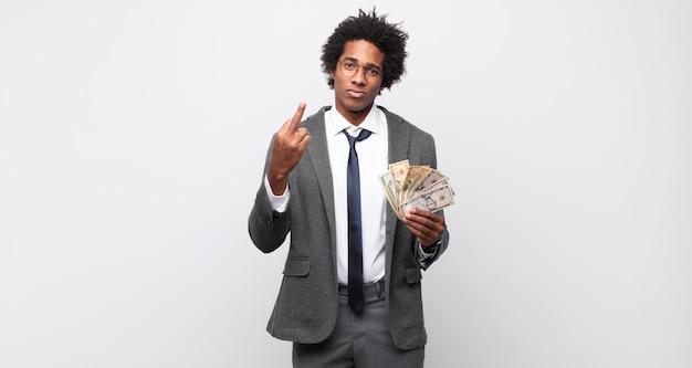 Młody czarny afro mężczyzna czuje się zły, zirytowany, buntowniczy i agresywny