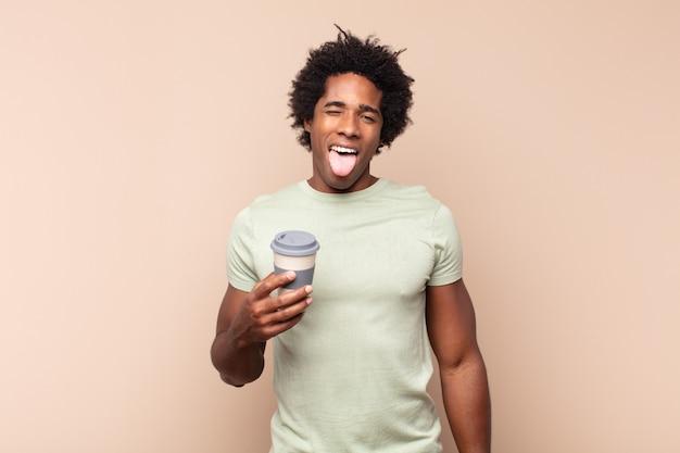 Młody czarny afro o wesołym, beztroskim, buntowniczym nastawieniu, żartującym i wystawiającym język