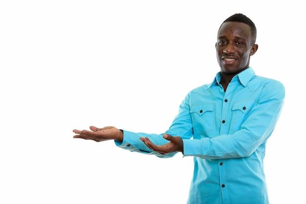 Młody czarny afrykański mężczyzna stojący
