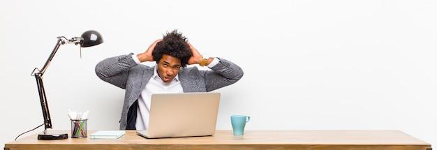 Młody czarny biznesmen czuje się sfrustrowany i zirytowany